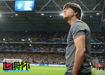 德国队主教练勒夫当着全球观众的面再现神作