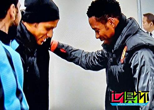 2015世俱杯:内马尔见偶像罗比尼奥! 开心热聊+摸头调侃发型