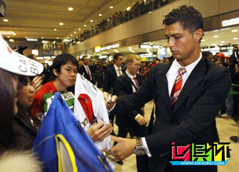 2008年世俱杯,曼联低调对待追星族 大阪头号球星拜读爵爷自传