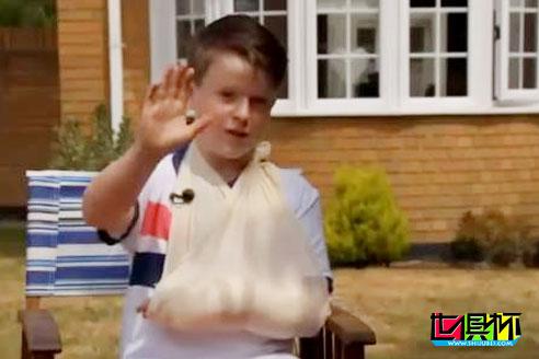 """C罗任意球""""误伤""""小球迷,赛后赠送了一件皇马全体球员签名的球衣"""