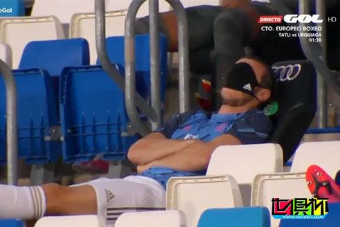 贝尔口罩变眼罩替补席悠闲自在,此举引皇马球迷怒骂